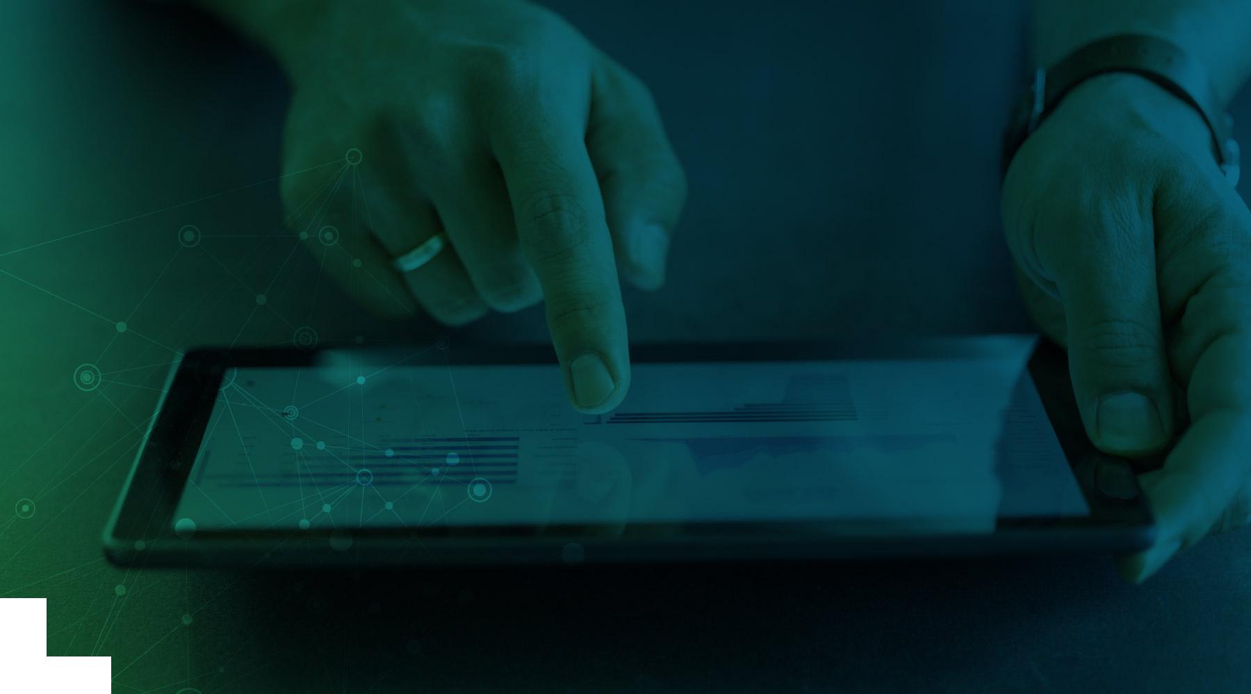 Eine Hand die auf ein Tablet zeigt, auf dem gerade Qlik ausgeführt wird