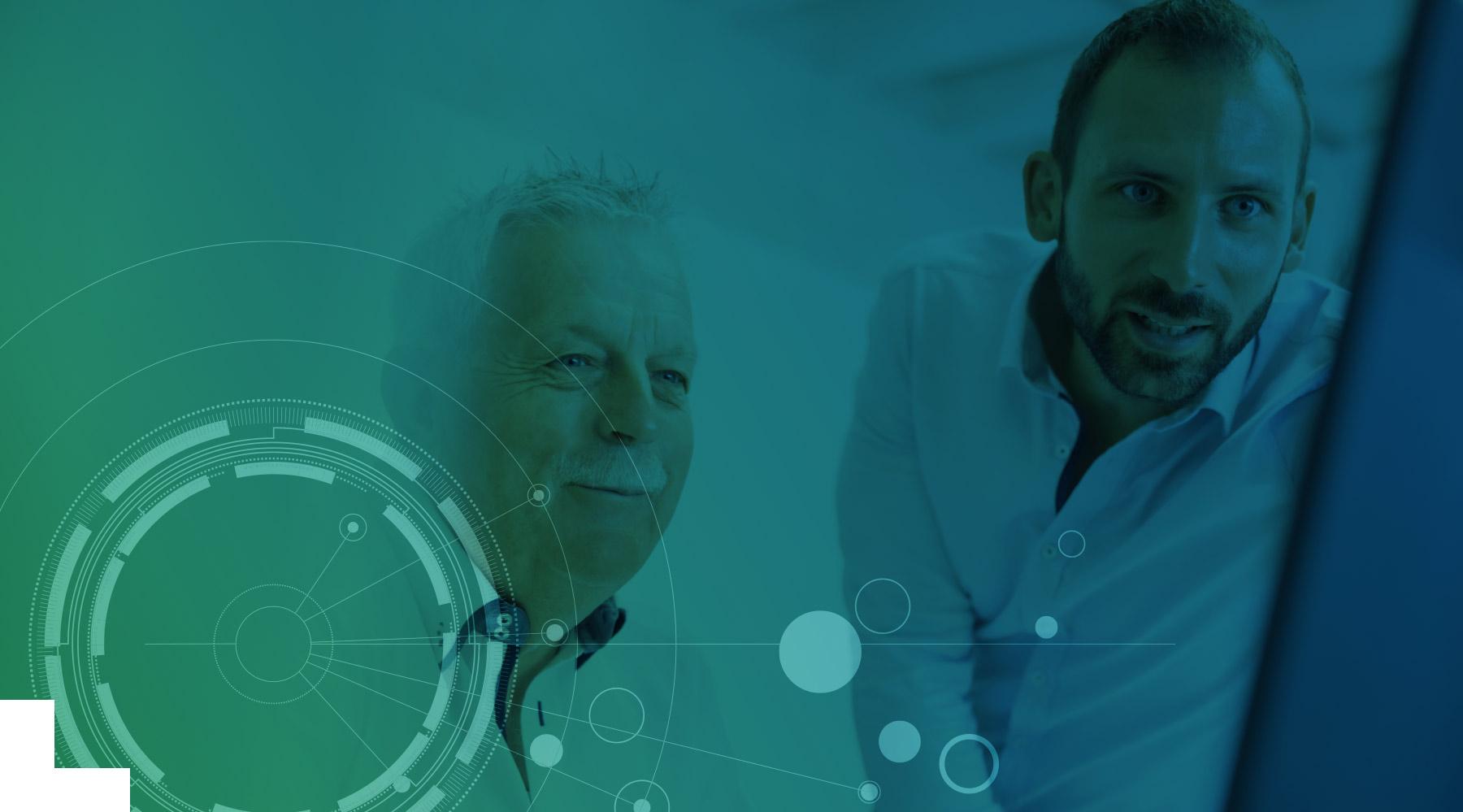 Zwei Ansprechpartner von Effeqt besprechen Data Integration an einem Bildschirm
