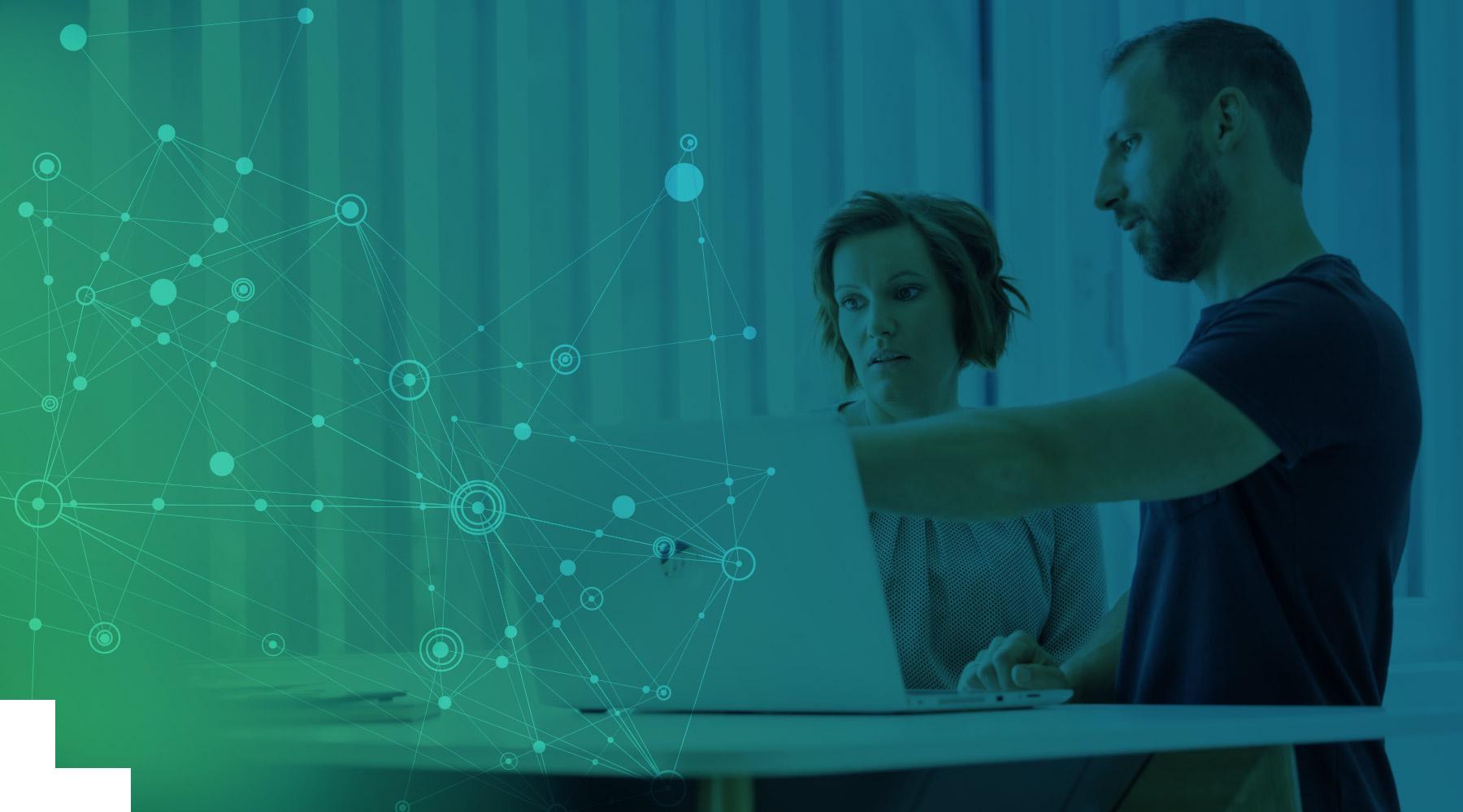 Ein Mitarbeiter von effeqt erklärt das Business Intelligence Tool - Qlik